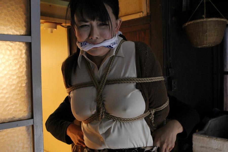 【個人撮影】素人熟女がオナニーでマジイキして他人棒を